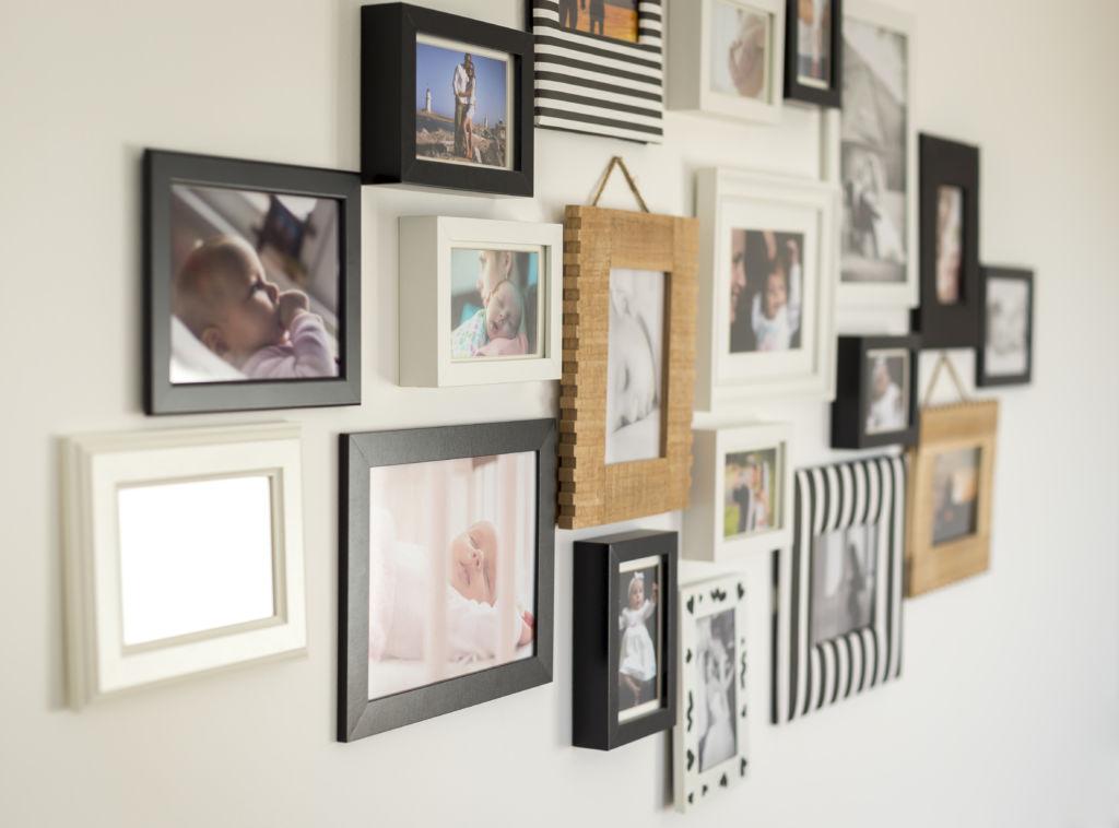 Valokuvia kodin seinällä