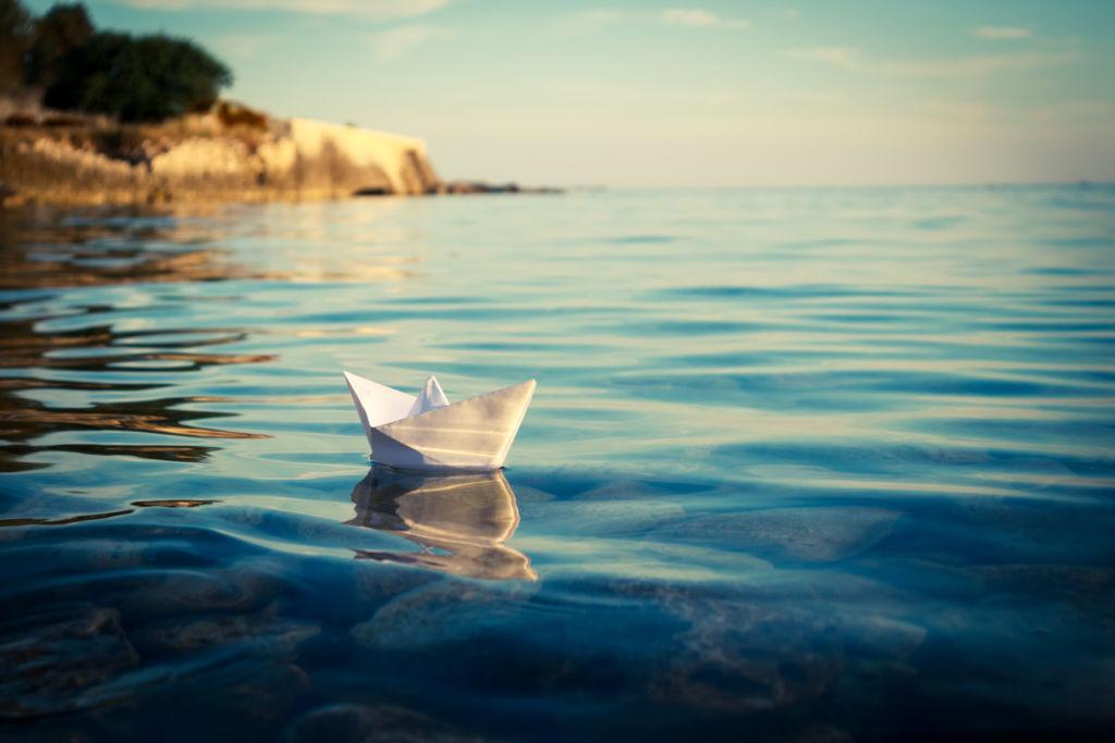 Paperivene vedessä