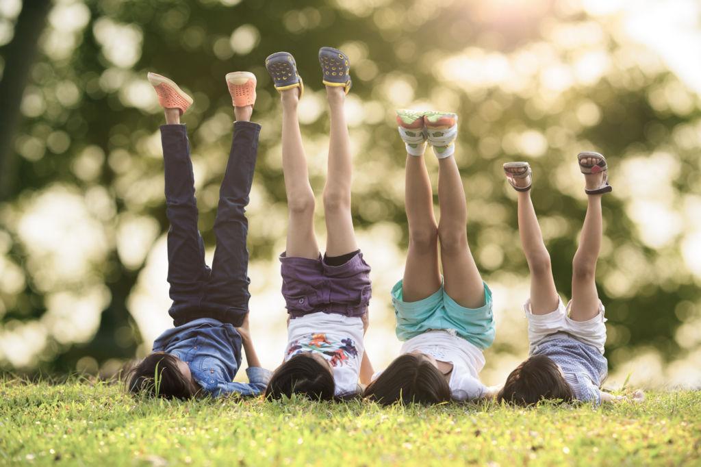 Lapset nurmikolla kesällä