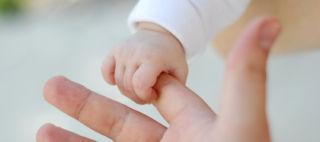 Vauva tarttunut sormeen