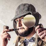 Sherlock Holmes piippu suussa suurennuslasi kädessä