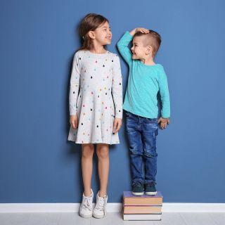 Lapset mittaavat kumpi on pidempi