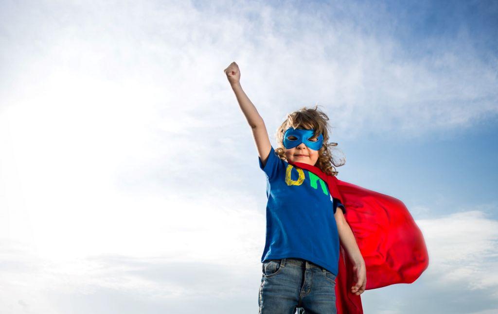 Lapsi supersankarin asussa