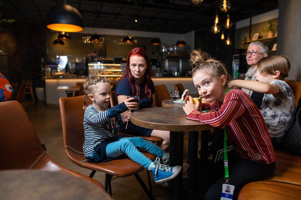 perhe kahvilassa