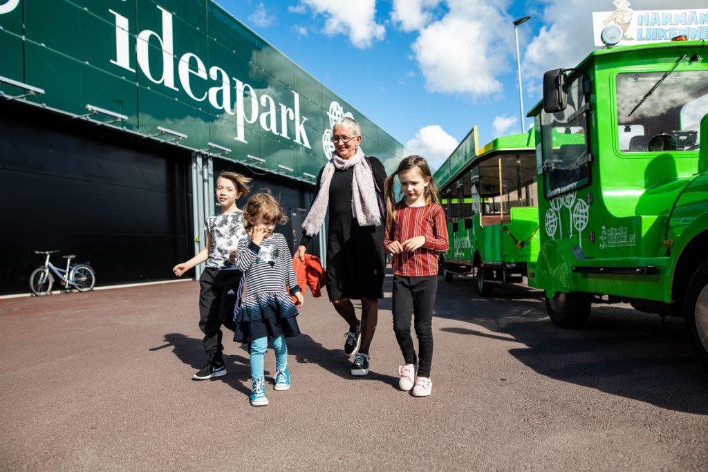 perhe Ideaparkissa, kuvassa myös kaupunkijuna