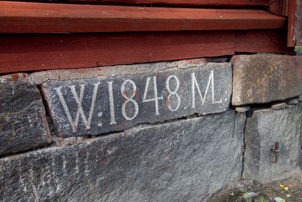 Yli-Lauroselan talomuseo kivijalka, jossa vuosiluku 1848