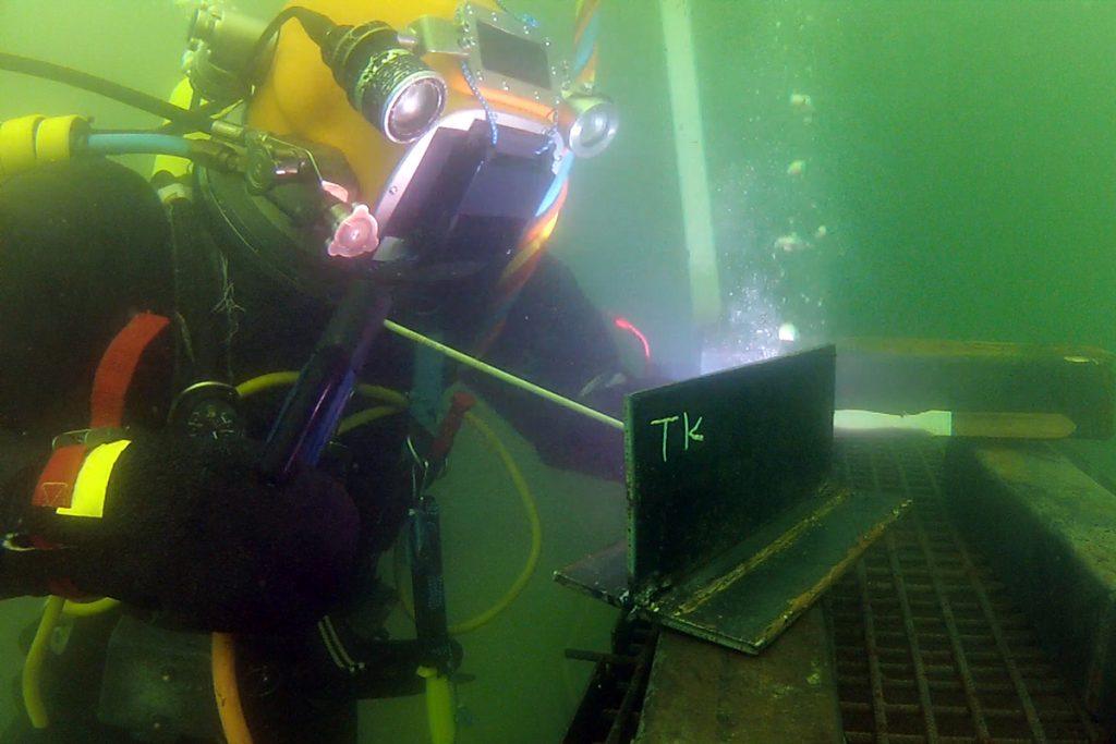 sukellusyrittäjä koulussa tekemässä harjoitussukellusta