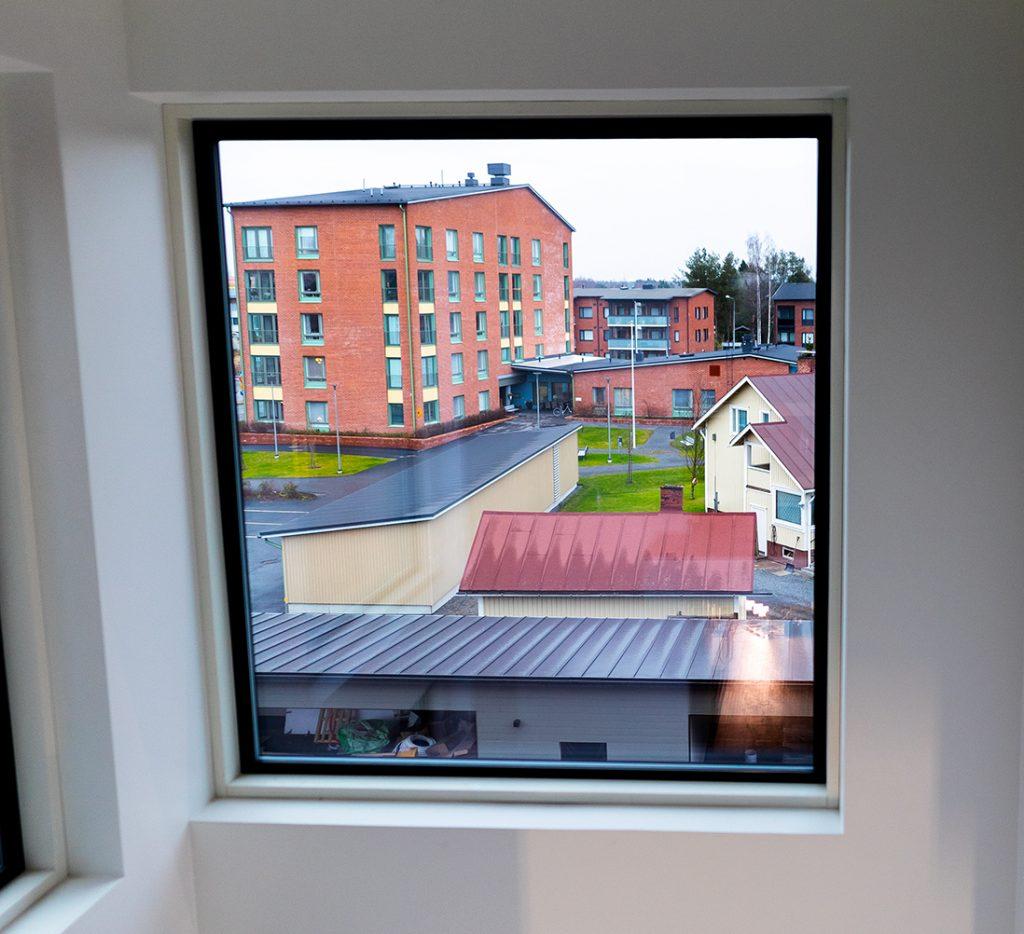 Näkymä ikkunasta naapurikortteliin