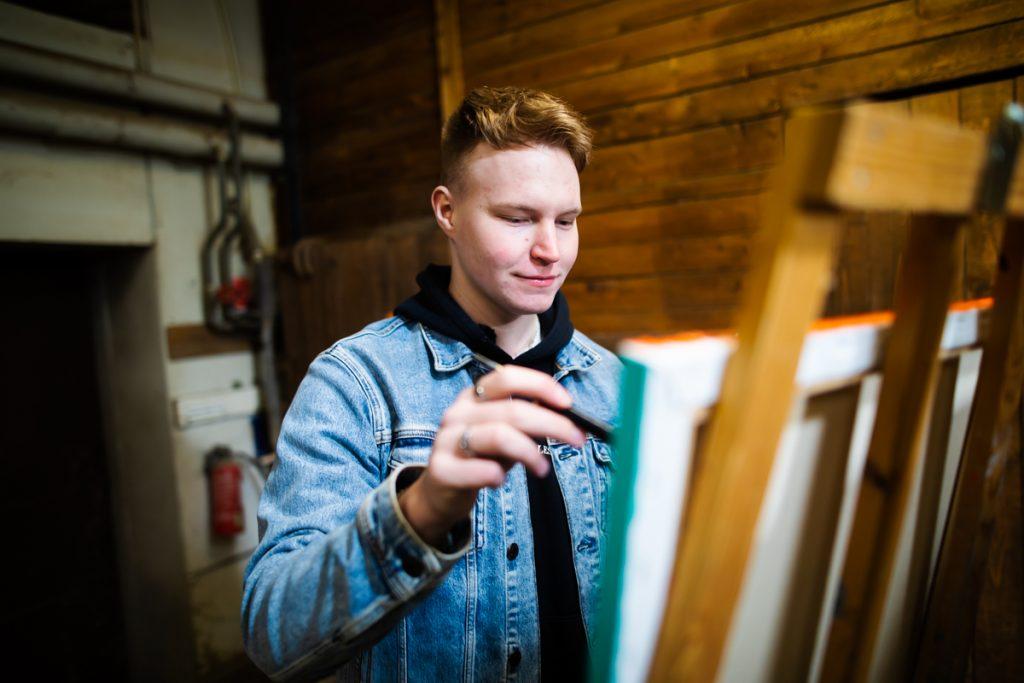 Jani Partanen maalaa