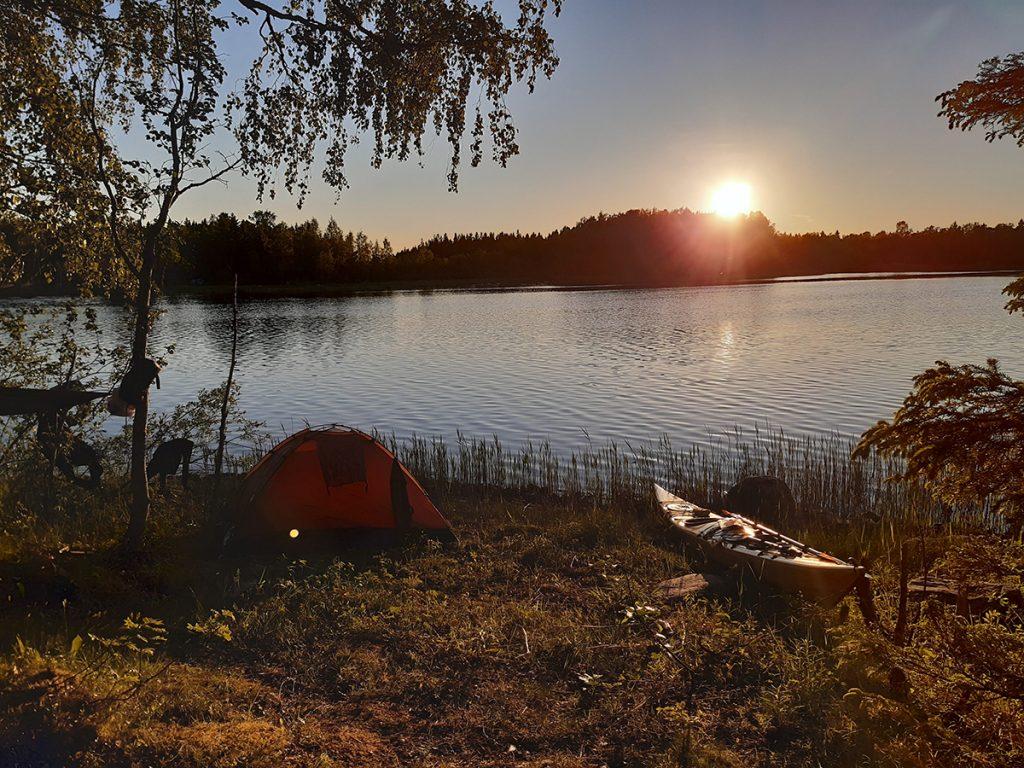 teltta järven rannalla