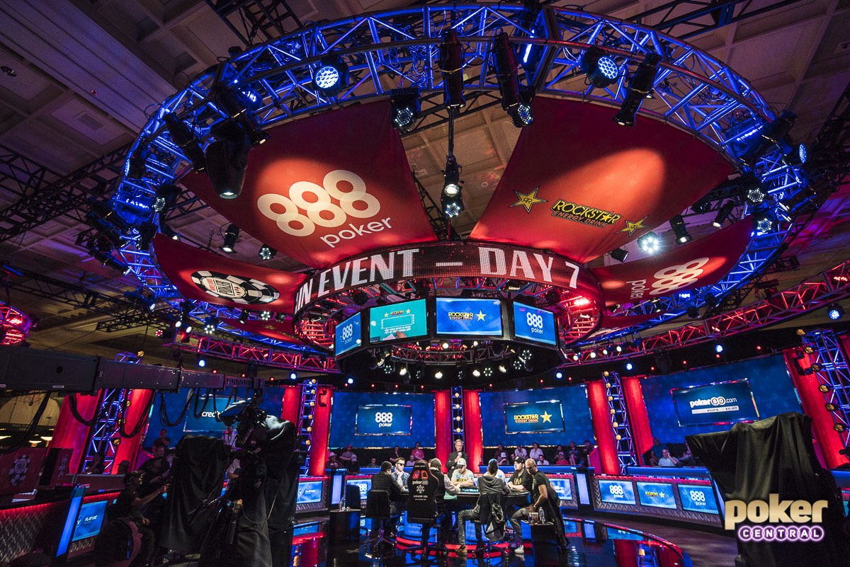The main stage of the ESPN set during the 2018 WSOP Main Event final table.