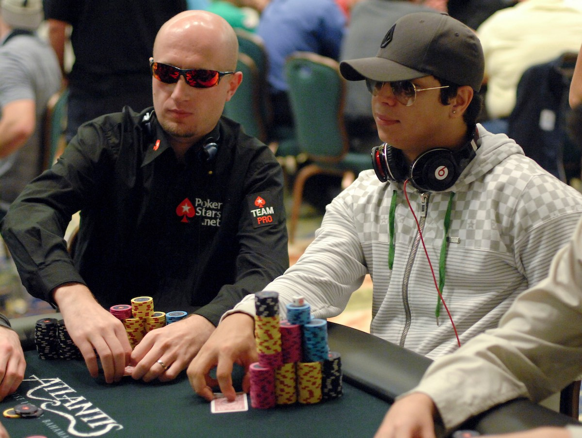 Felipe Ramos sitting on a big stack during the 2009 PCA Main Event next to Polish pro Marcin Horecki. (Photo: PokerPhotoArchives)
