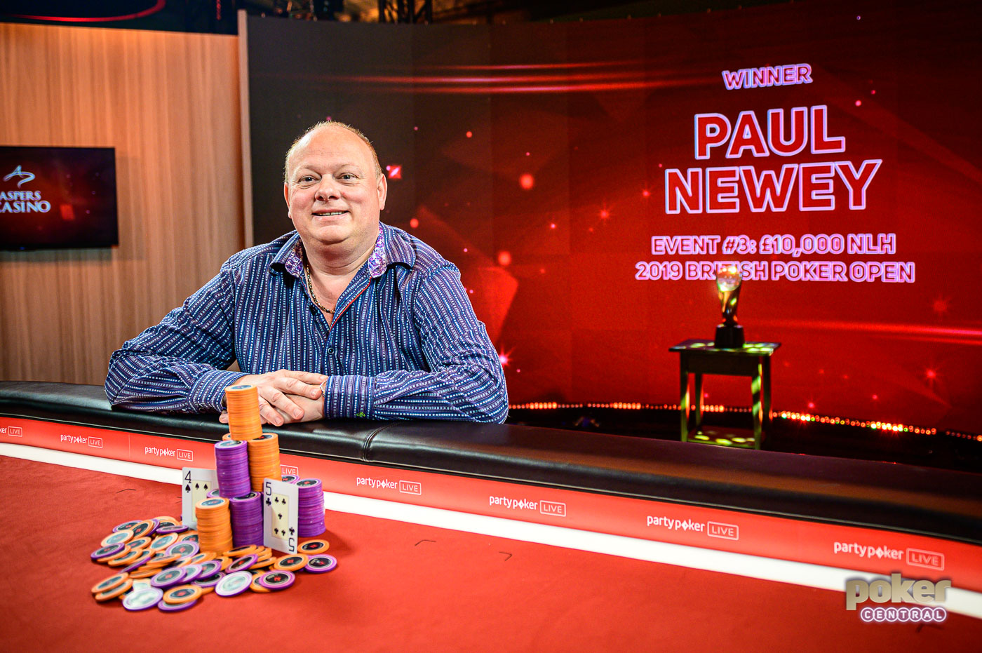 Extremely pleased with his maiden tournament win, Paul Newey poses with his winning hand.