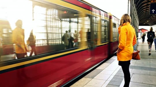 woman waiting for sbahn