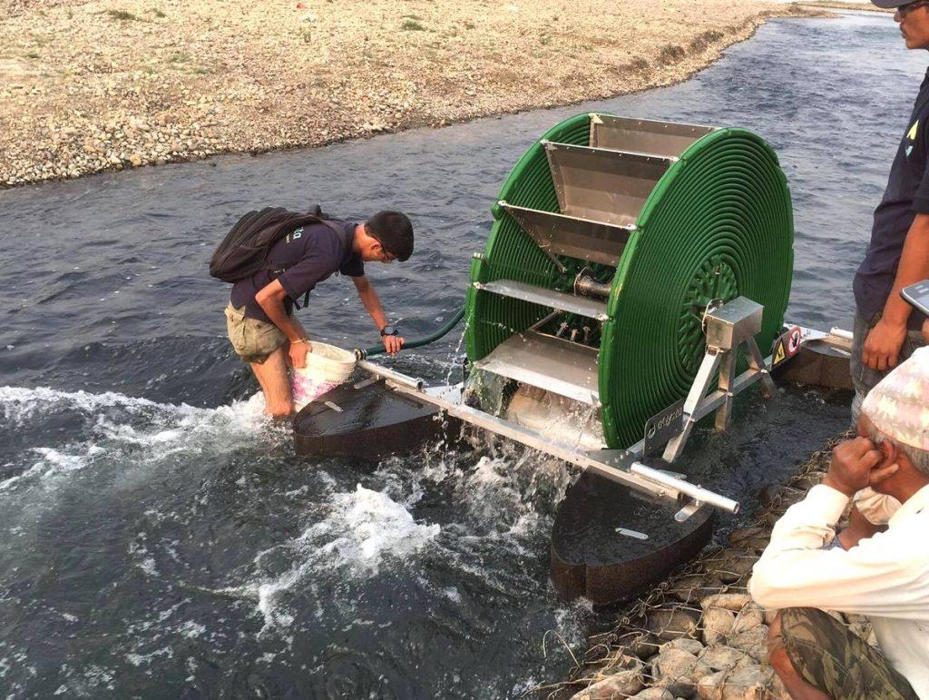 Una rueda hidráulica en el agua que revoluciona el riego de los cultivos