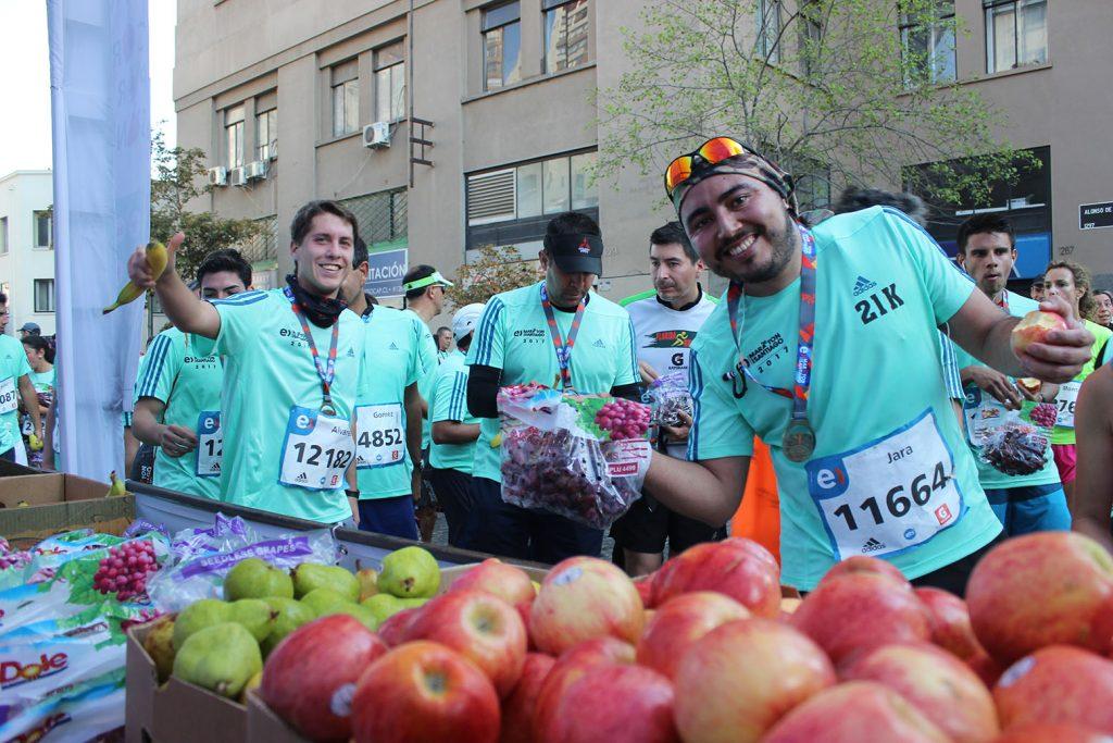 Maratón de Santiago: Más de 47 toneladas de fruta se repartieron a los corredores este año