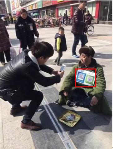 Des SDF chinois avec un QR code Alipay ou WeChat autour du cou