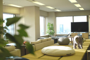 27階からは、天気が良いと富士山が見えることも。気分に合わせて自由な場所で仕事ができます。