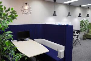 27階はWeb事業部の専用フロアです。打ち合わせに使えるミーティングスペースも備えています。