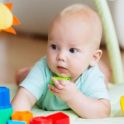 Idee-gioco per neonati: la soluzione è più vicina di quanto pensi.