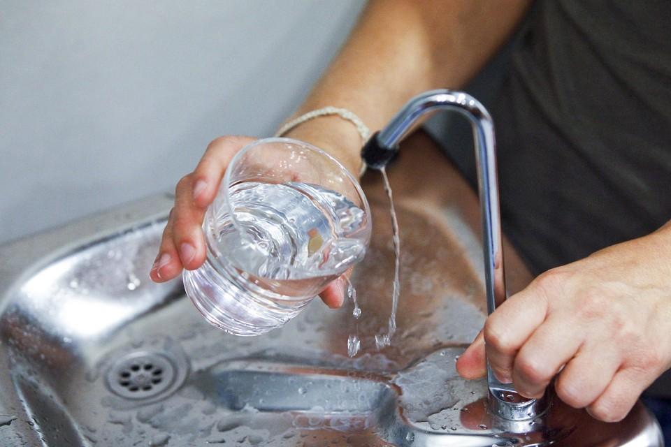 Microplásticos na água potável (ainda) não são um risco para a saúde, afirma a OMS