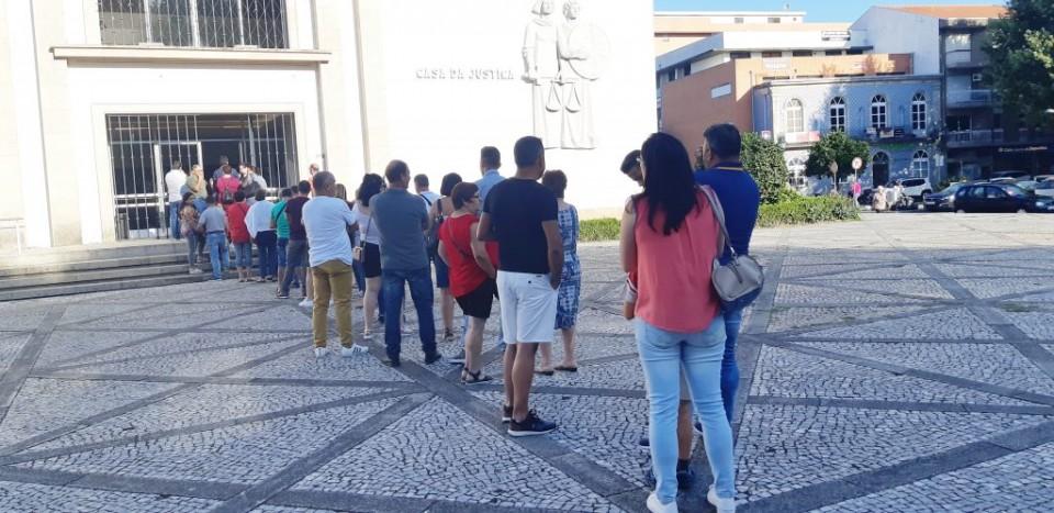 """Longas filas e """"desespero"""" todas as manhãs para aceder à Conservatória do Registo Civil de Vila Verde"""