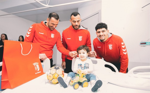 Jogadores do SC Braga visitam pequenos 'gverreiros' da Pediatria do Hospital de Braga