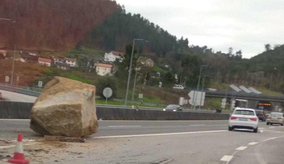 """Camionista perde bloco de granito de """"várias toneladas"""" na A27 em Ponte de Lima"""