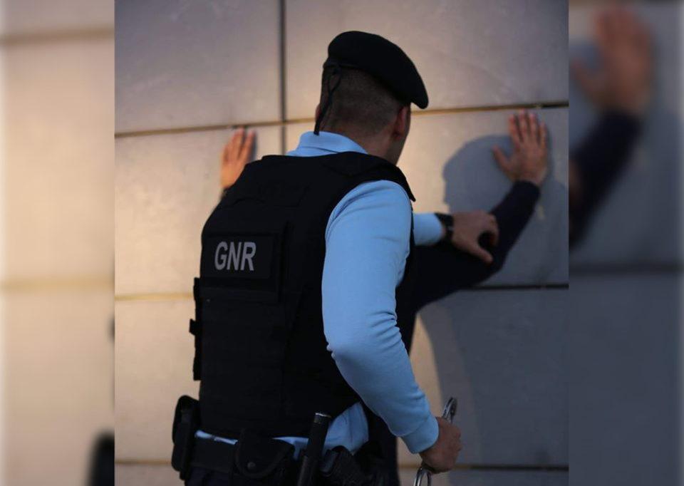 Detido por violência doméstica em Fafe com pulseira electrónica