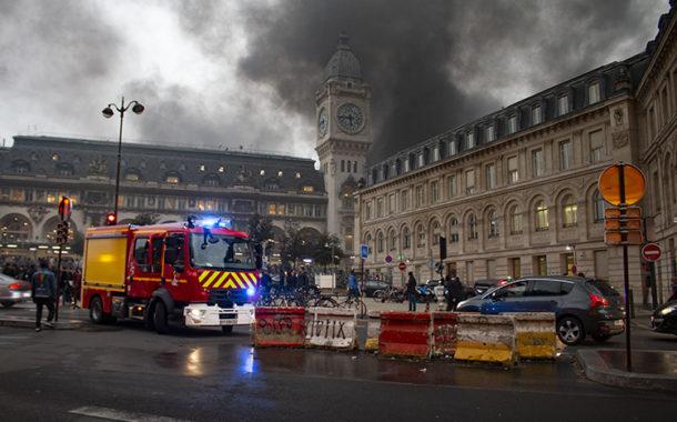 Incêndio causado por manifestantes leva a evacuação de estação em Paris