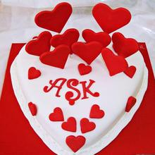 Valentines Love Shape Cream Cake UNC06