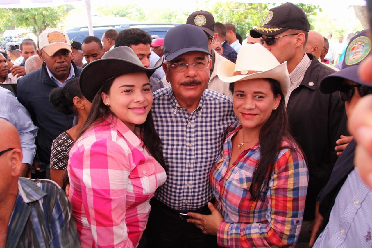 Presidente Medina promete no dar la espalda a los cacaocultores de Guananico