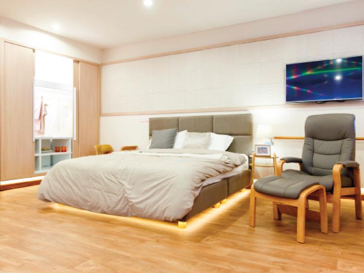 ห้องนอนที่ปลอดภัยใช้งานสะดวกสำหรับผู้สูงอายุ
