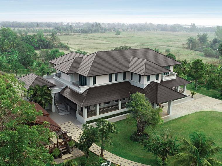 บ้านสองชั้นที่เรียบง่ายสไตล์ร่วมสมัย แวดล้อมไปด้วยธรรมชาติอันสดชื่น