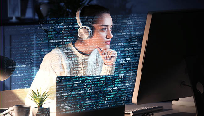 Etudiante devant un écran, lignes de code au premier plan de la photo
