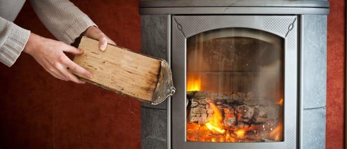 Comparatif : Poêle à bois bûches ou à granulés ?