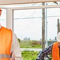 Fenstermonteure als Team beim Einbau moderner Fenster in Haus