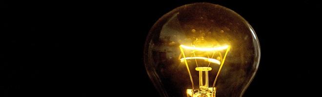 Photo d''une ampoule électrique prise le 25 mars 2011 à Lille. Le groupe énergétique EDF, contrôlé par l'Etat, recommande une hausse de 4,7% des tarifs d'électricité de 2011 à 2015, soit 30% au total, a déclaré  le 23 mars 2011 le député PS François Brottes, qui dit avoir consulté une note en ce sens. AFP PHOTO PHILIPPE HUGUEN