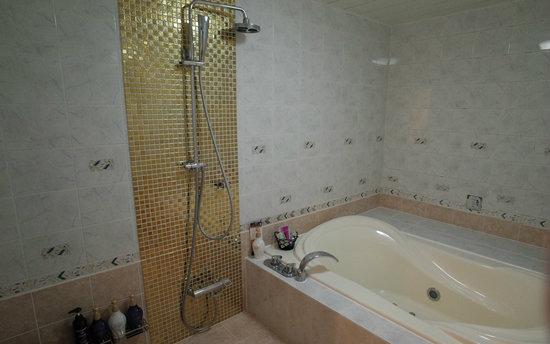 ラグジュアリーなレインボージェットバス付きの浴室☆