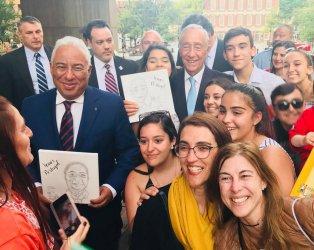 Estudantes lusodescendentes oferecerem presente ao Presidente da República e ao Primeiro Ministro
