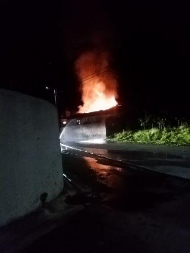 Casa arde no Coimbrão