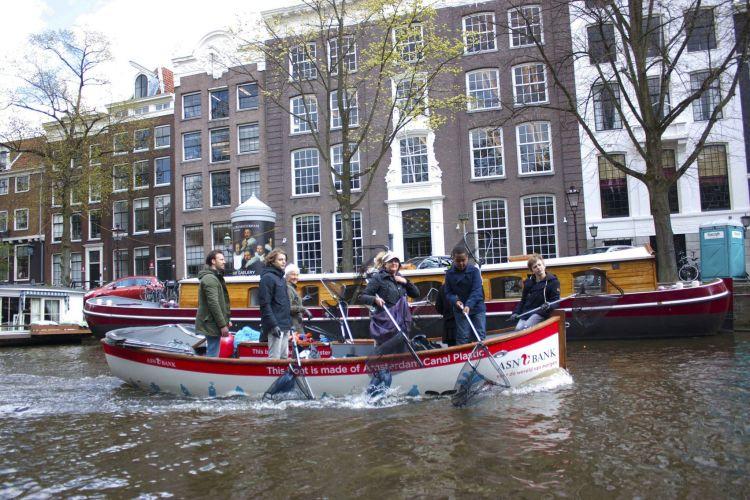 Pescar plástico nos canais de Amesterdão.