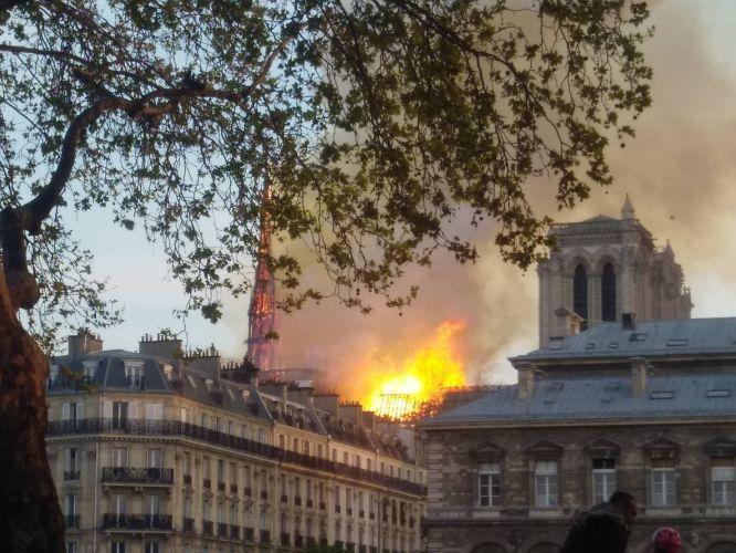 Fogo na Catedral de Paris