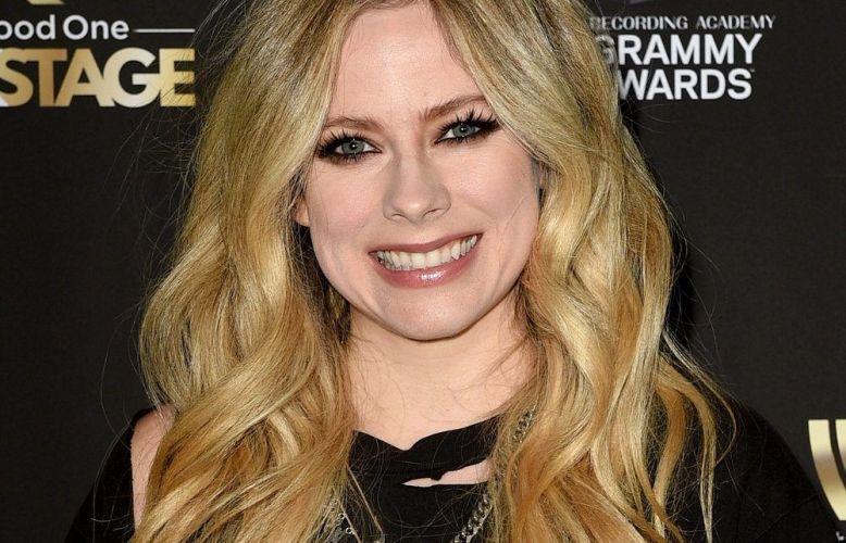 """Avril Lavigne mostra em """"Head Above Water"""" que as dores podem se tornarexcelentes inspirações"""