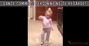 Tout le monde est sous le charme en regardant cette petite fille danser sur sa chanson préférée