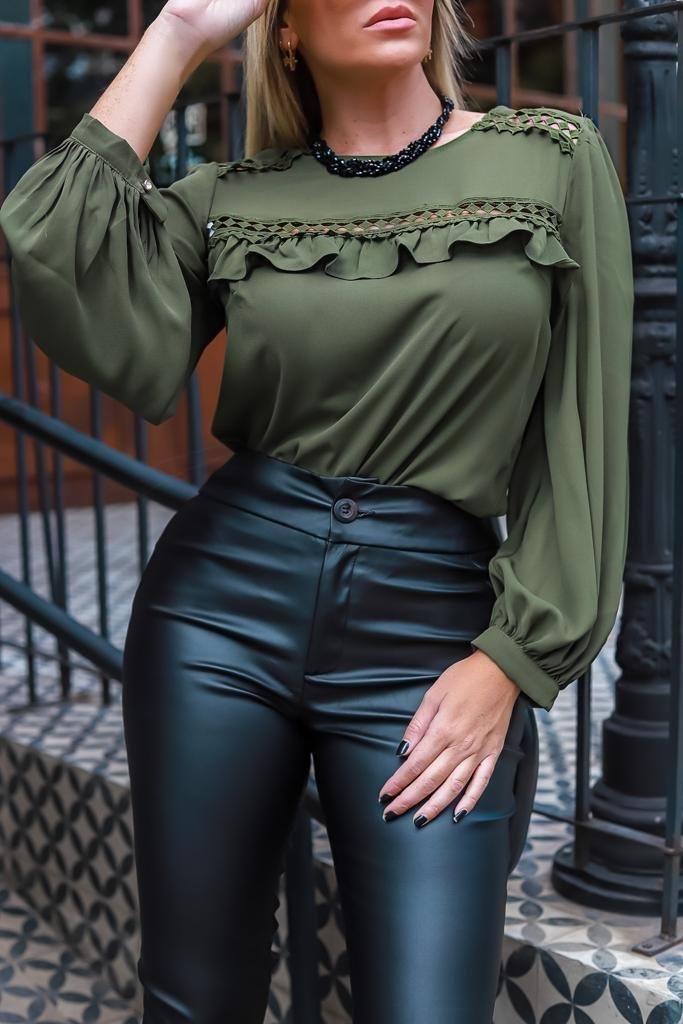 Blusa manga longa com detalhes de renda e babados