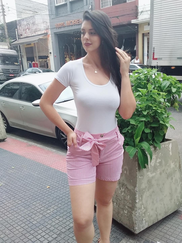 Shorts listrado com cinto