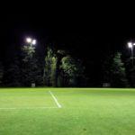 Belyst fotbollsplan på kvällen