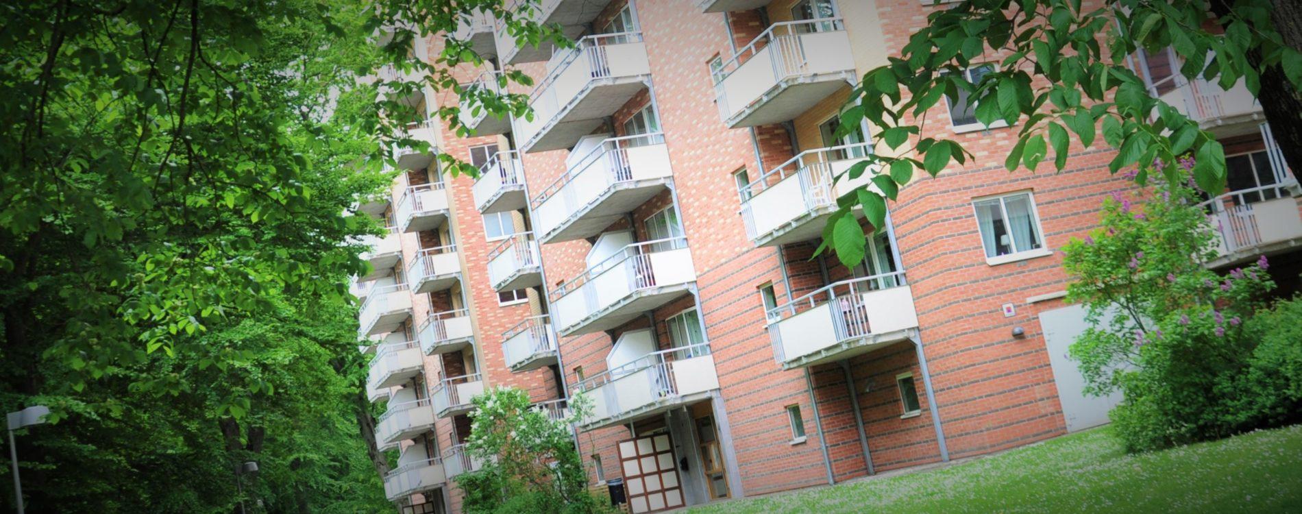 Detaljbild för kurorten, röd tegelfasad med balkonger