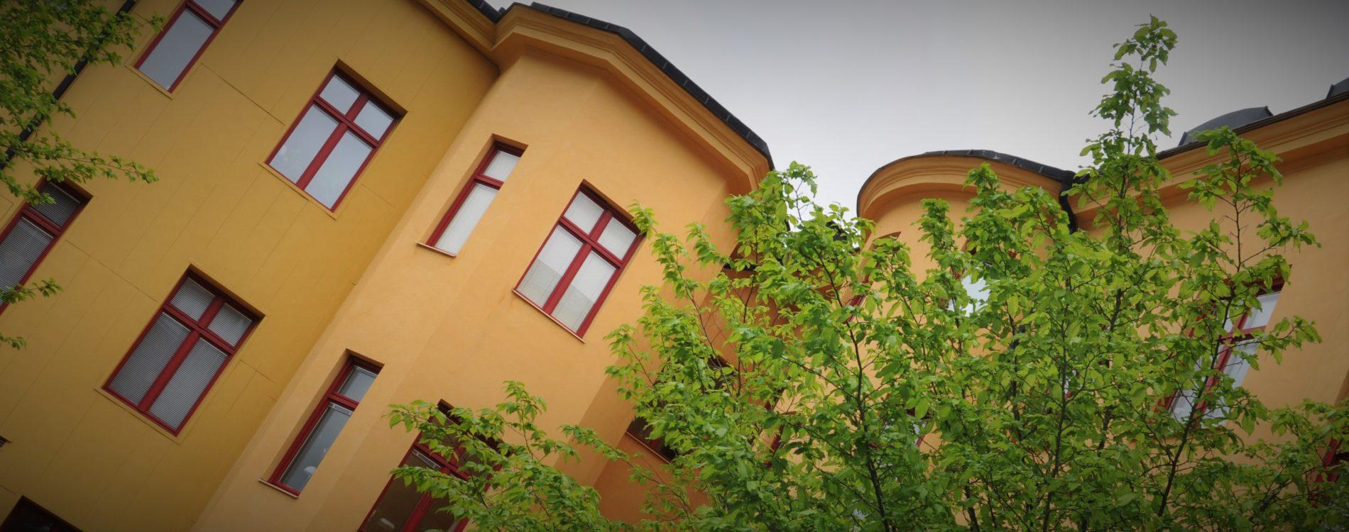 Detaljbild på fasaden i Kv Saturnus